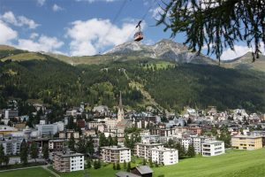 DAVOS KLOSTERS - Eingebettet in eine grossartige Landschaft bietet Davos ein vielfaeltiges Sport- und Erholungsangebot. Blick ueber Davos Platz im Hintergrund die Schatzalp. Davos and the surrounding landscape offer a remarkable range of sporting and recreational attractions. View over Davos Platz with the Schatzalp in the background. Copyright by Destination Davos Klosters      By-line: swiss-image.ch/Christof Sonderegger